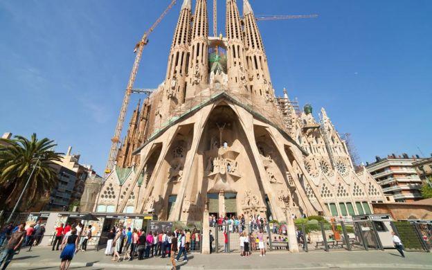 Gaudi Barcelona Tour: Sagrada Familia, Park Güell, Casa Batlló, Passeig de Gracia Walk, Guide