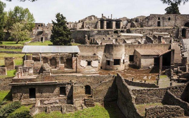 Rome to Pompeii: Round-Trip Shuttle Bus Service