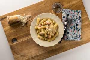 färsk pasta med rökt lax och spenat