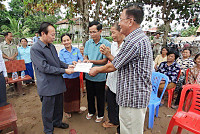 Governor of Kratie provides 10...