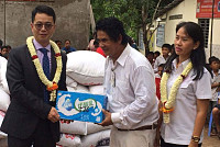 The Ginbao Community donates rice and...