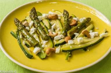 Salade de courgettes, asperges vertes, fêta et noix de cajou