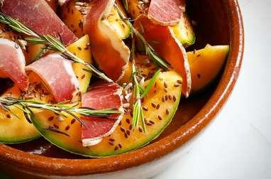 Melon rôti au romarin, bacon et graines
