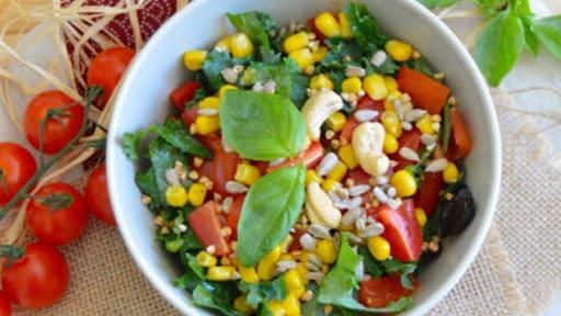 Salade Crue De Chou Kale Tomates Poivrons Et Mais Cru Et Vegan