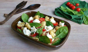 Salade de gnocchi, pousses d'épinard et brousse