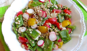 Salade de sarrasin, haricots plats, tomates cerises et radis roses
