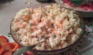 Salade de poulet, pommes de terre, carottes, petits pois, en mayonnaise