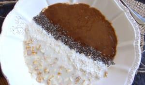 Porridge sans cuisson aux graines de chia et coco, coulis caroube - banane