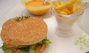 Burger du Sud Ouest au poulet, fromage des Pyérénnées, crème de piquillos et piment d'Espelette