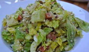 Salade toscane, laitue, poulet, oeufs durs, carotte, poivron, tomates, gorgonzola, basilic..