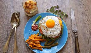 Hamburger au poulet moelleux, frites de patate douce, compote spéculoos
