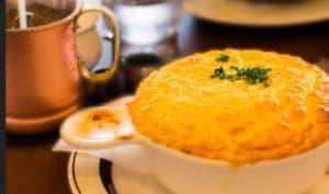 Mini soufflés de courgettes légers, sauce au fromage - sans gluten, végétarien