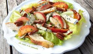 Salade de poulet au bleu, aux pêches et noix de pécan