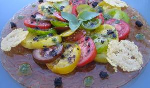 Carpaccio de tomates anciennes au pesto, tapenade et tuiles au parmesan