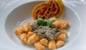 Gnocchis de patate douce servis avec une crème aux champignons et des chips de pancetta