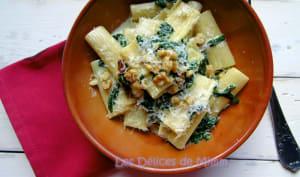 Rigatoni aux épinards, pancetta, noix et sauce au mascarpone