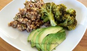 Quinoa aux petits légumes, brocolis vapeur et avocat