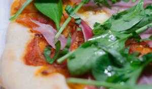 Pizza aux pousses d'épinard, au jambon cru et au basilic