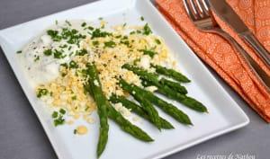 Asperges vertes aux oeufs mimosa, sauce légère au fromage blanc, moutarde et fines herbes