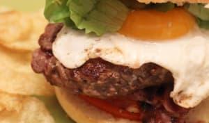 Burger au chèvre, steak haché, bacon et œuf sur le plat