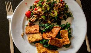 Tofu grillé et feuilles de moutarde