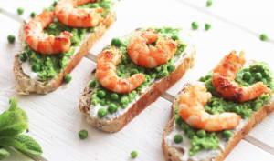 Tartines au houmous de petits pois, fromage de chèvre frais et crevettes