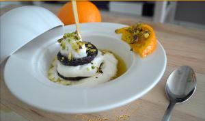Prunelle caramélisée aux pistaches sur un nuage de citron et soupe à l'orange