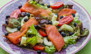 Salade de truite fumée, myrtilles, concombre et tomates