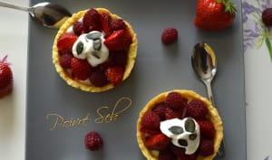 Tartelette aux fraises et framboises du jardin à la crème fouettée