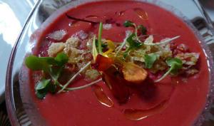 Gazpacho à la pastèque, aux tomates, concombre, menthe