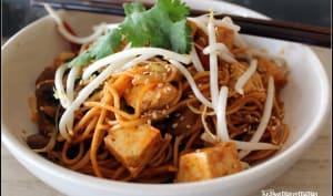 Nouilles sautées chow mein, tofu ferme mariné au gochujang