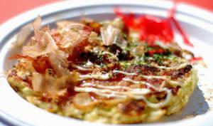 Okonomiyaki entre pancake et pizza au jambon bacon et fromage