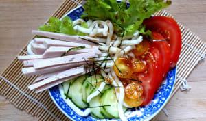 Salade d'udon froides aux crudités et à la mortadelle vietnamienne