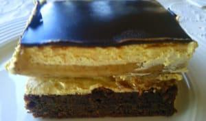 Gâteau fourré à la crème, bananes et chocolat