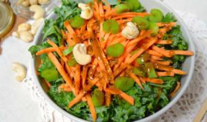 Salade crue de kale, patate douce et céleri au curry