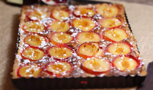 Tarte aux prunes à la crème noisette aux fruits rouges