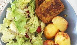 Pommes de terre rôties, burger au lupin et crudités