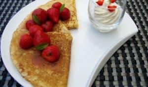 Petites crêpes à la vanille, salade de fraises des bois au jus de passion