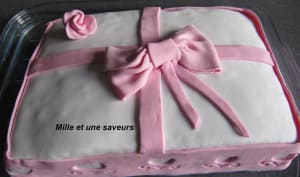 Paquet cadeau tout rose en pâte à sucre