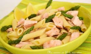 Salade de pâtes au saumon, asperges vertes et champignons