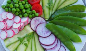 Salade de légumes colorée et légère à l'huile d'olive