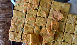 Crackers à la polenta, au cheddar et aux piments jalapenos