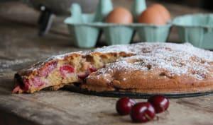 Gâteau grand-mère aux cerises, amandes et cannelle