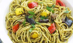 Spaghetti au pesto de basilic et légumes