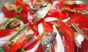 Salade de tomates à l'oignon rouge et aux sardinettes
