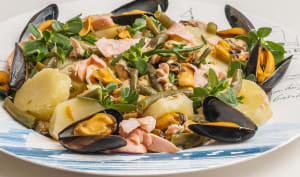 Salade de pommes de terre au saumon, aux moules et aux salicornes