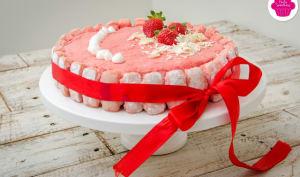 Entremets au chocolat blanc, fraises et biscuits roses avec insert de fraises et insert croquant au chocolat blanc