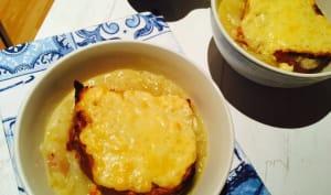 Soupe à l'oignon et sa tartine gratinée à la moutarde