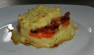 Mes carottes et ses lardons se faufilent entre deux couches de purée au fromage ail et fines herbes
