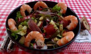 Salade composée à l'avocat, crevettes, jambon cru et légumes grillés